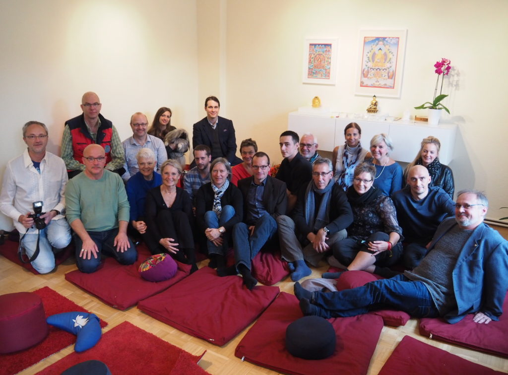 Trinlay Rinpoche mit Dortmunder Sangha, Gästen, Giselle und Hund Tashi